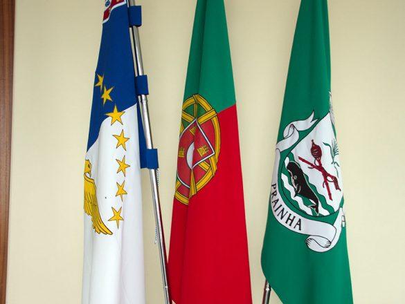 Bandeiras no interior da sede da Junta de Freguesia